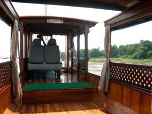 Sur le bateau le long du Mekong