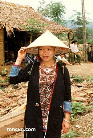 Une ethnique avec chapeau cônique vietnamien