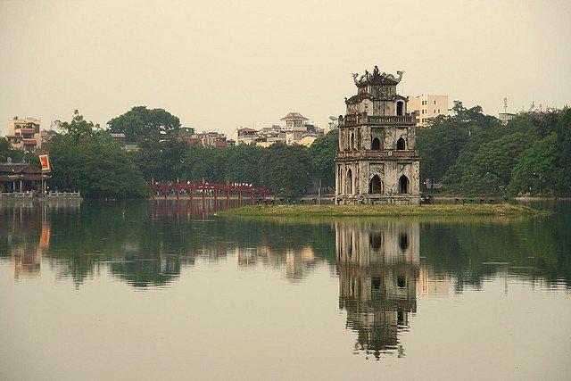 Temple Hoan Kiem sur le lac de l'épée restituée - Hanoï par Maurice Koop