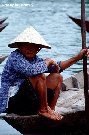 Vieille dame et sa barque, Vietnam