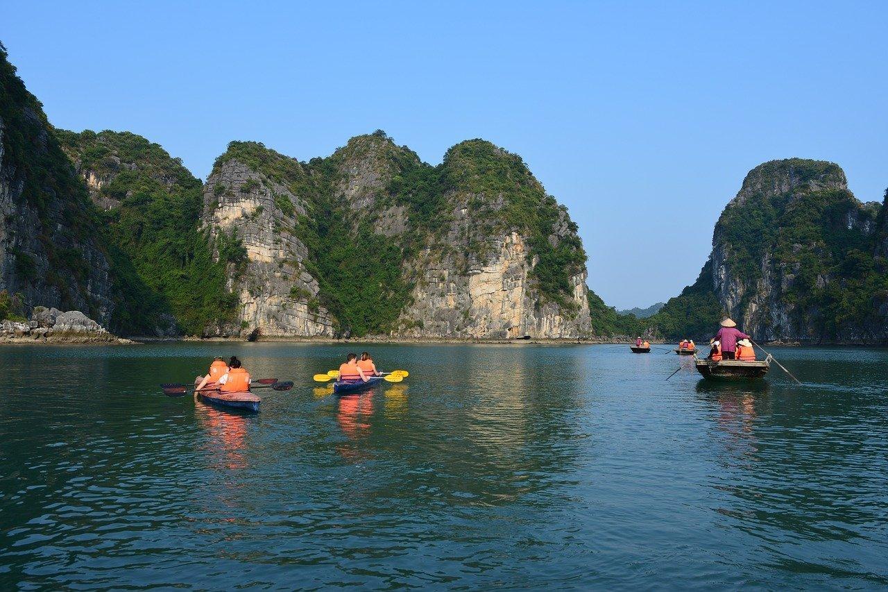 Kayaks en baie de Ha Long, Vietnam