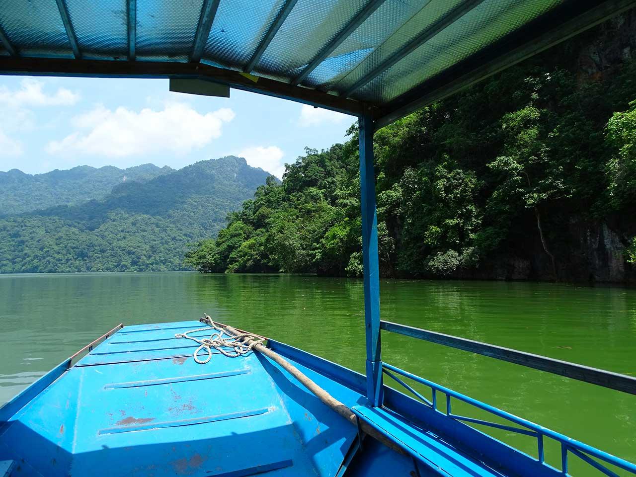 En bateau sur le lac Ba Be, Vietnam